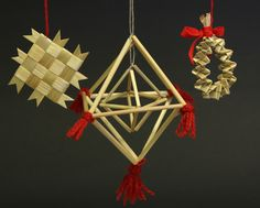 Some Swedish straw decorations for Christmas. Wheat Decorations, Straw Decorations, Christmas 2017, Winter Christmas, Holiday, Corn Dolly, Straw Art, Straw Crafts, Weaving Designs
