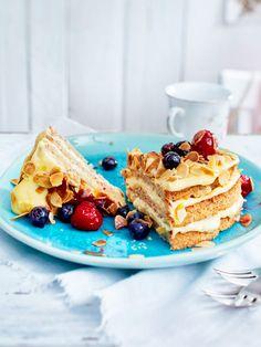 Kuchen ohne Mehl: Köstlichster Mandelbiskuit mit einer cremigen Füllung - so lieben wir schwedische Mandeltorte. In der warmen Jahreszeit schmeckt sie mit einem fruchtigen Beeren-Topping besonders gut.