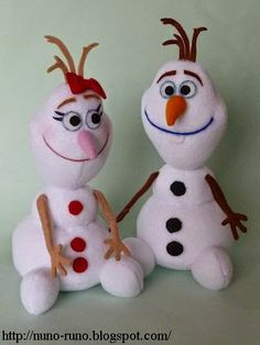 Snow girl and snowman Olaf Olaf Frozen, Frozen Disney, Primitive Christmas, Christmas Snowman, Sock Crafts, Felt Crafts, Stuffed Animal Patterns, Diy Stuffed Animals, Drops Design