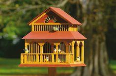 Eine kleine Villa für die Vögel gefällig? Dieses Vogelhaus ist ein Paradies für daheimgebliebene Piepmätze. Wir zeigen, wie man das Futterhaus selbst baut.