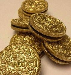gold oreo, use edible paint/spray. For a pirate party gold oreo, use edible paint/spray. For a pirate party Edible Spray Paint, Jasmin Party, Silvester Party, Pirate Theme, Pirate Food, First Birthdays, Gold Coins, St Pattys, Academy Awards