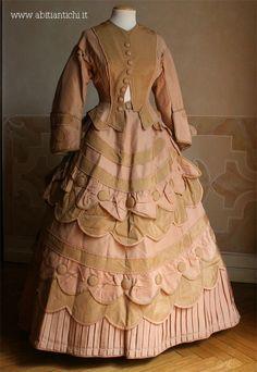 1870 Abito in tre pezzi (corpino, gonna e tablier) in faille beige e rosa carnicino.Abiti Antichi- Abito 92
