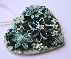 Ornement de coeur à suspendre, « Un bel Arrangement Floral dans les tons de couleur Aqua, « richement orné de piquants / Motif Floral en filigrane.