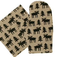 This fun & quirky moose or elk design is the much loved illustration from Bengt & Lotta. This is one of their first loved designs that is seen on many of their pieces. This warm toned background with shadows of the pine trees & cute moose is a great design for this unbleached half linen and half cotton padded oven glove. This cool & fun design also has a matching tea towel and tray or cutting board to make a great kitchen selection. Bengt & Lotta are known for their fun, naive illustrations…