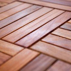 Holzfliesen einfach verlegen mit Steck-System. Das Cumaru-Holz dieser Balkonfliesen ist eines der haltbarsten Tropenhölzer und stammt aus Öko-Waldwirtschaft