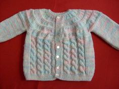 ... tejido a palillo con Nube este hermoso chaleco de suaves colores para Baby Cardigan Knitting Pattern, Knitted Baby Cardigan, Knit Baby Sweaters, Knitted Baby Clothes, Baby Hats Knitting, Crochet Baby Shoes, Knitting For Kids, Baby Knitting Patterns, Knitting Designs