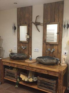 rustikalen Waschtisch aus Altholz mit Steinwaschbecken und Altholzrückwand
