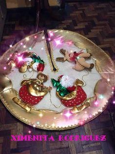 Resultado de imagen para carrusel de navidad muñecos de tela Christmas Time, Christmas Bulbs, Christmas Decorations, Holiday Decor, Xmas Tree Skirts, Felt Christmas Stockings, Fondant Figures, Diy And Crafts, Merry