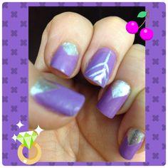 Manicure en violeta con diseños lineales en plata.