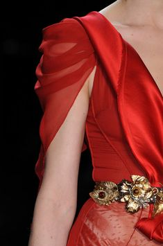 "game-of-style: "" Cersei Lannister - Zac Posen fall 2009 "" Zac Posen at New York Fashion Week Fall 2009 - Details Runway Photos why not make this from broken jewelry. A fun project I think so yes. This is just smolderingly gorgeous. This shoulder drap Blog Couture, Couture Details, Fashion Details, Couture Fashion, Fashion Design, Kurti Sleeves Design, Sleeves Designs For Dresses, Sleeve Designs, Blouse Designs"