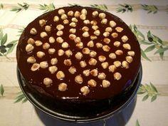 Als je een heel gezinspot Nutella gebruikt bij het bakken van een taart, dan krijg je een taart die zo zondig lekker is, dat je de biecht moet laten afnemen na de eerste hap. Nutella Cake, Sweet Cakes, Lunches, Pudding, Drink, Facebook, Desserts, Recipes, Food