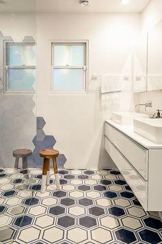 Suelo hidráulico hexagonal en el baño