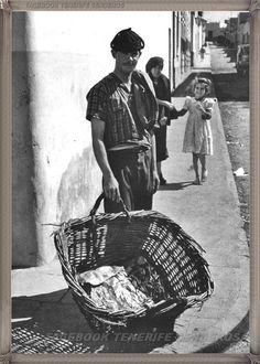 Gran Canaria - vendedor en La Puntilla año 1960 #fotoscanariasantigua #tenerifesenderos #fotosdelpasado #canariasantigua #canaryislands #islascanarias #blancoynegro #recuerdosdelpasado #fotosdelrecuerdo