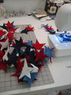 Sutton Grace: DIY: felt star garland.  For a Christmas tree I would use the sparkly felt.  Cute!