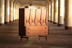 Cupboard from the Broyhill's Brasilia line, 1962. Clicking on the pic you can see more iconic mid-century modern pieces.