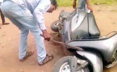 Cobra venenosa fica presa em motor de scooter na Índia - https://anoticiadodia.com/cobra-venenosa-fica-presa-em-motor-de-scooter-na-india/