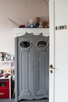 x  cute fun way to paint an armoire or any kind of furniture