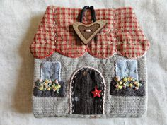 Merpel, Fet a mâ amb cor: Casitas Hand Applique, Wool Applique, Applique Quilts, Embroidery Applique, House Quilts, Fabric Houses, Yarn Crafts, Sewing Crafts, Quilting Projects