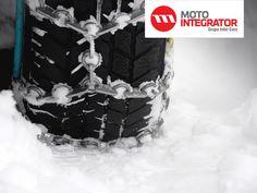 Łańcuchy śniegowe potrafią zapewnić optymalną trakcję nawet w najcięższych warunkach drogowych. W wielu krajach ich posiadanie jest obowiązkowe w okresie zimowym, w innych wymagane jedynie na niektórych drogach. Kiedy i w jakich warunkach powinniśmy stosować łańcuchy śniegowe?  #lancuchy #porady #zima #opony https://www.motointegrator.pl/s/kiedy-i-jak-korzystac-z-lancuchow-sniegowych/