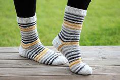 Ajattelin tuhota jämälankakeriä, ja testata miltä raitalanka näyttäis kapeana raitana yhdistettynä valkoiseen - ja yllätyin s... Knitting Socks, Hand Knitting, Knitting Patterns, Cozy Socks, Diy Crochet, Diy Projects To Try, Hobbies And Crafts, Yarn Crafts, Knitting Projects