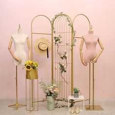 Focus on custom display, low cost and high quality. Fashion Window Display, Shop Window Displays, Store Displays, Boutique Decor, Boutique Design, Pinterest Room Decor, Fashion Showroom, Showroom Interior Design, Clothing Displays