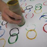 Olympische ringen stempelen met een wc-rol