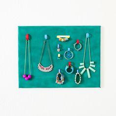 A Brand New Way to Keep Your Jewelry Organized via Brit + Co. | handig je sieraden opbergen / opruimen | DIY canvas bord met klittenband