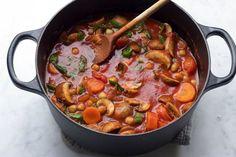 Zin in een lekker, verwarmend en makkelijk eenpansgerecht? Maak deze tomatenstoofpot met kikkererwten en champignons van Living the Green Life.
