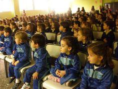 Los alumnos de Infantil 3 años visitaron el colegio de los mayores, donde vieron una obra de teatro de los alumnos de primaria y realizaron una visita por todas las instalaciones. Colegio San Cristobal - Castellon