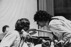 Syd Barrett and Pink Floyd performing live in 1967.© Michael Putland / Retna/Photoshot Rick Wright and Syd Barrett of British psychedelic rock group Pink Floyd confer during rehearsals at the Queen Elizabeth Hall in London, 12th May 1967. Drummer Nick Mason can be seen in the background (left). (Photo by Nick Hale/Hulton Archive/Getty Images)