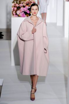 Девушка в светло-розовом пальто овер-оверсайз