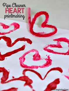 Valentine's Day pipe cleaner printmaking activity for kids! Make this simple heart art project with preschoolers! Fun & easy heart craft that can double as homemade wrapping paper for valentine's day gifts. Kinder Valentines, Valentine Crafts For Kids, Valentines Day Activities, Holiday Crafts, Valentine Gifts, Fun Easy Crafts, Valentine's Day Crafts For Kids, Pipe Cleaner Crafts, Easy Art Projects
