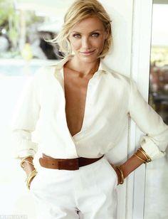 Tenue blanche + ceinture en cuir chocolat + bracelets dorés = le bon mix