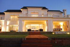 Apa Arquitectura Bungalow House Design, Modern House Design, Asian House, Futuristic Home, Retreat House, Facade House, Classic House, Location, Future House