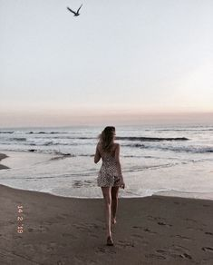How to Take Good Beach Photos Summer Pictures, Beach Pictures, Beach Foto, Beach Pink, Beach Poses, Beach Aesthetic, Insta Photo Ideas, Beach Photography, Belle Photo