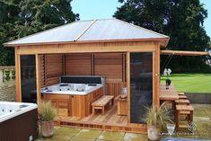 Couvrir son spa extérieur pour en profiter toute l'année : un bon plan. Ideas For Backyard Layout With Pool Jacuzzi Wood Deck Around Hot Tub with Privacy Fence