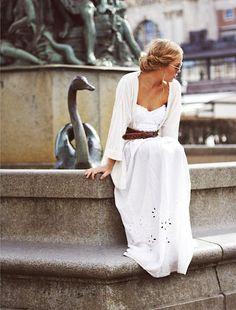 Cet été, on pense à ceinturer nos longues robes blanches d'une large ceinture en cuir tabac