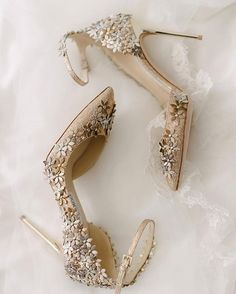 For fashion-forward brides out there, we bet this gorgeous pumps by @jimmychoo will be perfect for you! Dusted in glimmering champagne palette with ethereal floral ornaments, this pair will surely give a hint of whimsical and glam touch to your bridal look. Who agrees with us? Hands up!  Photography @mangostudios | Heels @jimmychoo