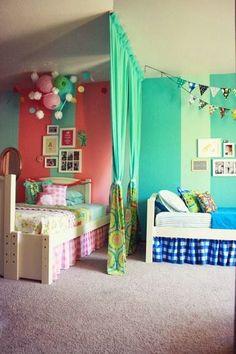 壁紙の色とベッド周りのカラーを使い分けることによって、「自分だけの空間」が明確に。ふたりでお部屋を使うときにはぜひ参考にしたい例。