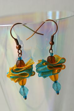 Boucles d'oreilles colorées et originales qui va égayer vos oreilles. Pièce unique Bijoux Diy, Crochet Earrings, Creations, Drop Earrings, Unique, Jewelry, Glass Beads, Jewelry Designer, Yellow Turquoise