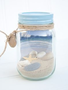 Beach in a jar. Fun way to display your vacation treasures. Collect sand/shells … Beach in a glass. Fun way to display your holiday treasures. Collect sand / clams on your favorite beaches. Seashell Crafts, Beach Crafts, Summer Crafts, Bottles And Jars, Glass Jars, Mason Jar Crafts, Mason Jars, Summer Decoration, Shell Display