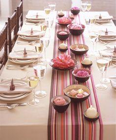 Caminho de mesa sobre toalha de mesa branca....bem interessante para organizar travessas de petiscos pra festa....