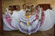 grupo con vestidos típicos panameños. Fotos de viajes.