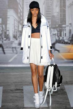 Manual de estilo: La tendencia crop. Cuatro tendencias en un look: prendas sporty, el regreso de la mochila, estilismo en black y top bandeau. Visto en el desfile de DKNY.