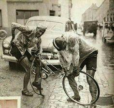 Ferdi Kubler (izquierda) y su leal compañero Emilio Croci Torti arreglando un pinchazo en el Tour De France de 1950, donde se convirtió en el primer suizo ganador del TDF