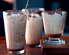 Milk-shake com crocante de biscoito