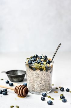 This vegan, gluten free and refined sugar free Maple Vanilla Chia Pudding is an easy, delicious way to start your morning. Breakfast Photography, Food Photography, Product Photography, Quick Pickle Recipe, Vanilla Chia Pudding, Brunch, Healthy Snacks, Sweet Treats, Favorite Recipes