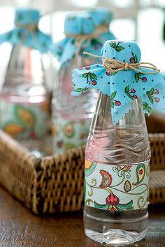A garrafinha de água decorada com rótulo de papel scrap e tampa forrada com tecido é uma lembrancinha graciosa e útil para os convidados | Wedding party | Casamento