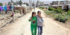 Aya è la bambina siriana rifugiata numero 1 milione. Non sa se potrà tornare a casa in Siria, ma riesce ancora a sorridere aggrappandosi alle persone che ama. In questa foto è con sua sorella nel campo rifugiati dove sono accolti, in Libano.  www.unhcr.it