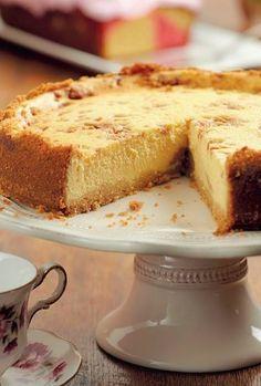 Karamelkondensmelk Kaaskoek, ekstra verleidelik en deurspek met karamelkondensmelk en stukkies fudge. Kos, Cheesecake Recipes, Dessert Recipes, Desserts, Ma Baker, Sweet Tarts, No Bake Cake, Sweet Recipes, Baking Recipes